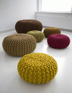 Handknitted-Wool-Poufs-And-Rugs-By-Christien-Meindertsma_600x765